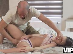 VIP4K. Old man takes care of topnotch lassie with real enthusiasm