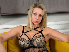 Hot Latvian milf Queenie